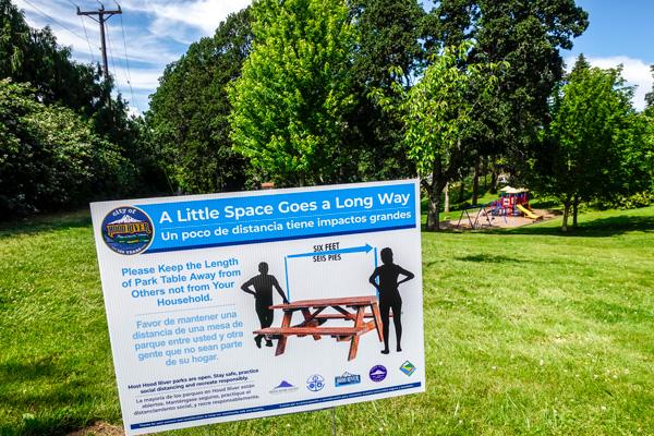 La mayoría de los parques ahora están abiertos, con la excepción del parque de niños y el parque infantil Waterfront Park. La Ciudad les recuerda a los usuarios que sigan todas las pautas de salud y que se lleven su basura del Waterfront Park debido al aumento de basura que está quedando.